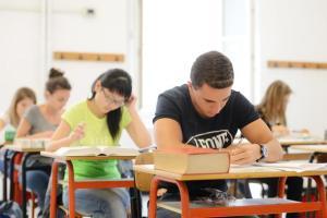 Genova Sampierdarena - Liceo Gobetti - gli studenti maturandi impegnati nella prima prova di italiano, il tema