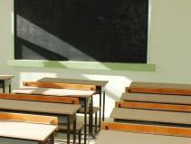 scuola_classe_vuota_banchi03